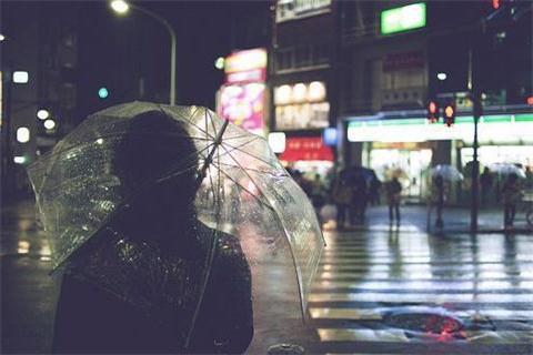 窗外又开始下雨了